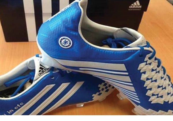 Adidas lanza botas especiales para grandes equipos (foto)